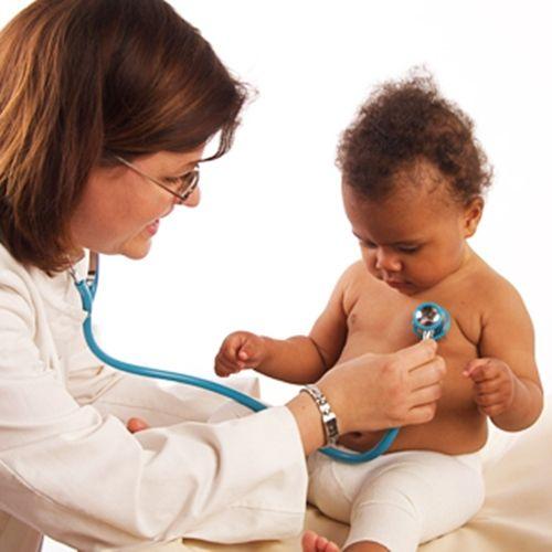 Todos los pediatras se rigen por las mismas pautas en lo que al cuidado y desarrollo de los niños se refiere. De hecho, existe una Asociación Española de Pediatría a la que pertenece más de 9.000 pediatras y cirujanos, que marca unas directrices generales para toda la infancia.