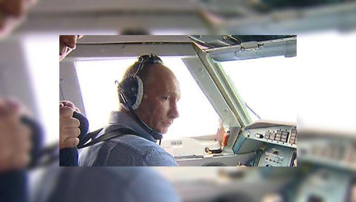 Премьер-министр России Владимир Путин принял участие в тушении лесных пожаров в Рязанской области с борта противопожарного самолета-амфибии Бе-200.