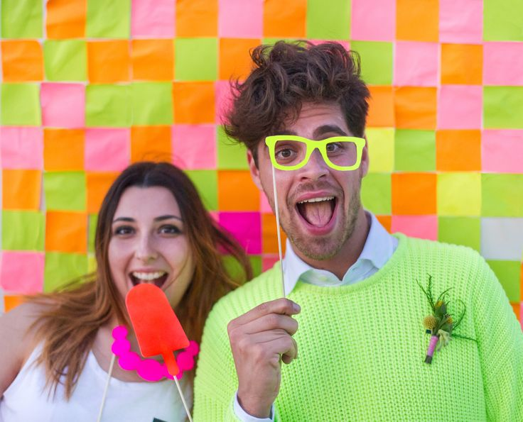 fluo photobooth with a post-it backdrop http://www.say-yep.com/issue2/
