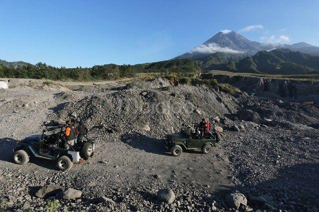 Di lokasi ini memang biasanya para pengemudi jeep atau land rover berhenti untuk mempersilahkan pengunjung menikmati landscape sisa erupsi Gunung Merapi. (Benedictus Oktaviantoro/Maioloo.com)