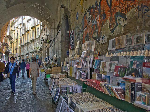 NAPOLI: RESTITUITE LE STORICHE BANCARELLE DEI LIBRI A PORT'ALBA. APPELLO SU FACEBOOK http://www.napolitoday.it/blog/vomero/napoli-restituite-le-storiche-bancarelle-dei-libri-a-port-alba.html