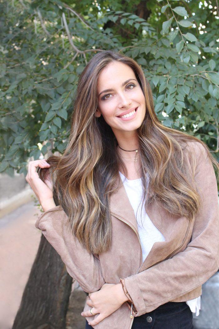 Hola, Un tono de pelo perfecto para bases castañas es el llamado bronde, entre brunette y blonde, un cabello entre castaño y rubio, un tono miel dorado que es perfecto para aclarar los colores marrones sin llegar al pelo rubio. Ese tono medio es el color de la temporada otoño-invierno, los estamos