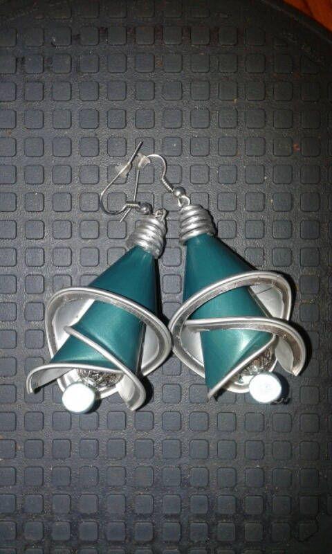 Une jolie paire de boucles d oreille faite à partir de capsule de café nespresso de couleur vert plus perles possibilité de fabriquer sur commande couleur dispo noir violet orange saumon gris or vieux rose vert sapin bleu marine