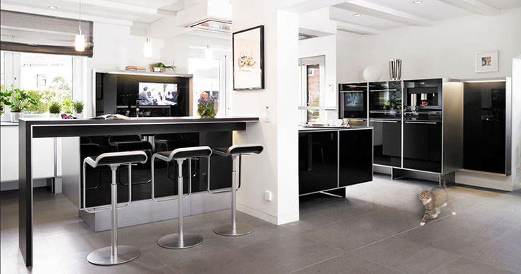 Jede poggenpohl  Küche zeichnet sich durch handwerkliche Sorgfalt und Verwendung von Materilien höchster Qualität aus. Die hochwertigen Küchenmöbel werden im nordrhein-westfälischem Herford gefertigt und in mehr als 70 Länder weltweit geliefert.