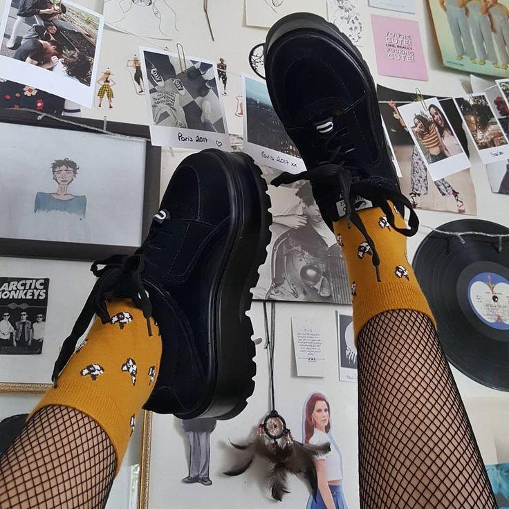 Bild könnte enthalten: eine Person, Schuhe