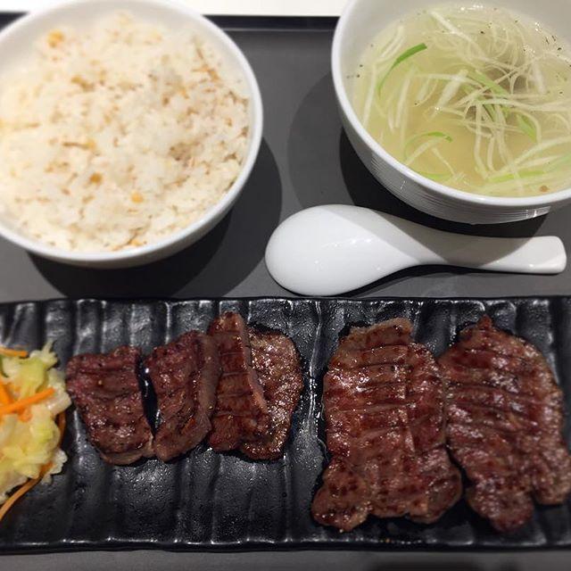 8月25日・金曜の夕食 今週末は東北各地に… ✈️仙台空港に到着し、さっそく🐮牛タン。タン各部の噛み応えが楽しめる、牛タン丸ごと塩定食・1650円。仙台で食べる牛タンは やっぱり美味い。  宮城県 名取市 ✈️仙台空港  牛タン専門レストラン冠舌屋  #夕食 #japan #名物 #東北 #名取市 #instafood #うまい😋 #空港レストラン #仙台空港 #仙台 #うまい #焼き肉 #肉 #牛肉 #beef #牛タン #タン塩 #麦飯 #テールスープ #定食 #牛タン定食 #仙台牛タン #牛タン陣中 #牛タン塩 #牛タン大好き #仙台名物 #仙台名物牛タン #空港グルメ #美味 #絶品