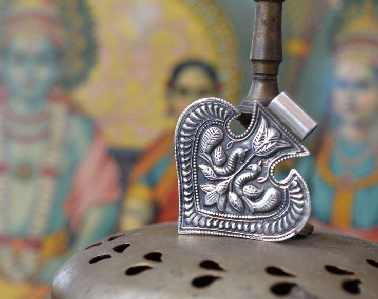 Tribal zilveren folk hart fan hanger Indische Zigeuner ketting stuk met peacock stempel werk 925 door Faerymother op Etsy https://www.etsy.com/nl/listing/275399942/tribal-zilveren-folk-hart-fan-hanger