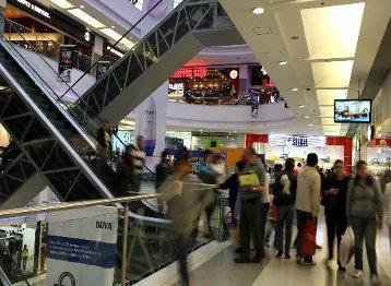 Metro cuadrado, a precio de kilómetro.  El nivel de consumo en Colombia impulsó el precio del metro cuadrado comercial. El referente es Bogotá, donde un local de 130 metros cuadrados se arrienda en $75 millones mensualmente.