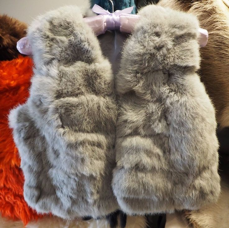 PURE WHITE - SIMPLY BEAUTIFUL - A LOVELY COLLARED MEDIUM SIZE RABBIT FUR VEST - #ANIMALIAEXOTICA #FULLYLINEDVEST
