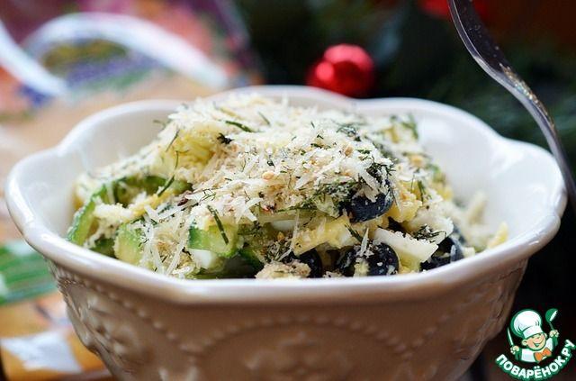 """Сырный салат с сухарной крошкой ... Ингредиенты для """"Сырный салат с сухарной крошкой"""": Салат Огурец (небольшие) — 2 шт Авокадо — 1 шт Сыр твердый — 60 г Оливки черные — 1/2 бан. Белок яичный (отварной) — 3 шт Сухарная крошка Чеснок — 2 зуб. Зелень — 3 веточ. Сыр твердый — 30 г Сухари панировочные — 1 ст. л. Заправка Желток яичный (отварной) — 3 шт Масло оливковое — 3 ст. л. Соевый соус — 1 ч. л."""