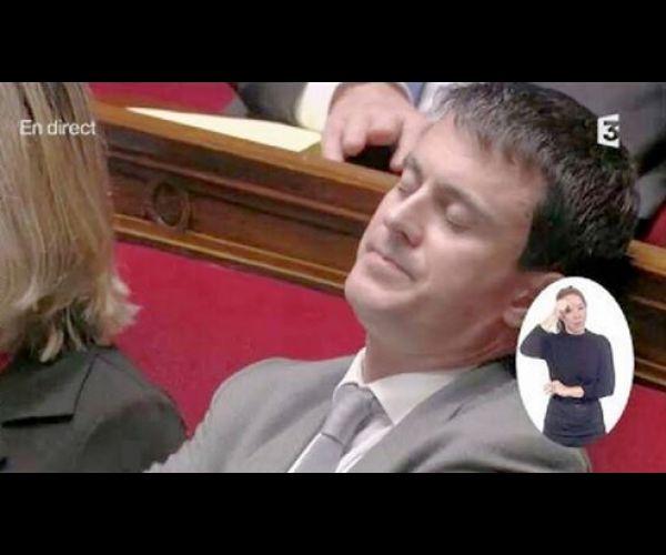 Souvent les ministres, députés et sénateurs ne sont pas présents dansl'assemblée nationale. Soit ils ne sont pas présents, soit ils dorment, certains même jouent sur leurs smartphones… Voici un florilège des hommes politiques les moins sérieux ! 1. Besoin de faire un gros dodo Même le premier ministre Manuel Valls a besoin de repos de