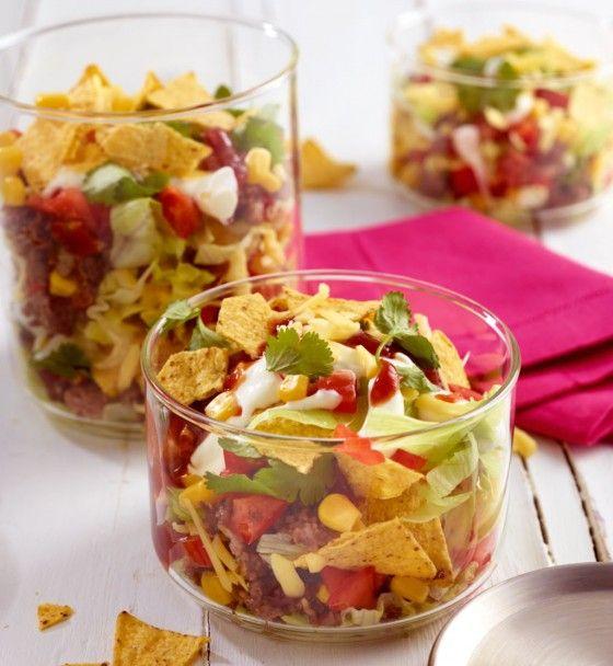 Barbecue-Schichtsalat: Taco-Chips, Käse, Gemüse und Barbecue-Sauce ergeben einen tollen Salat.