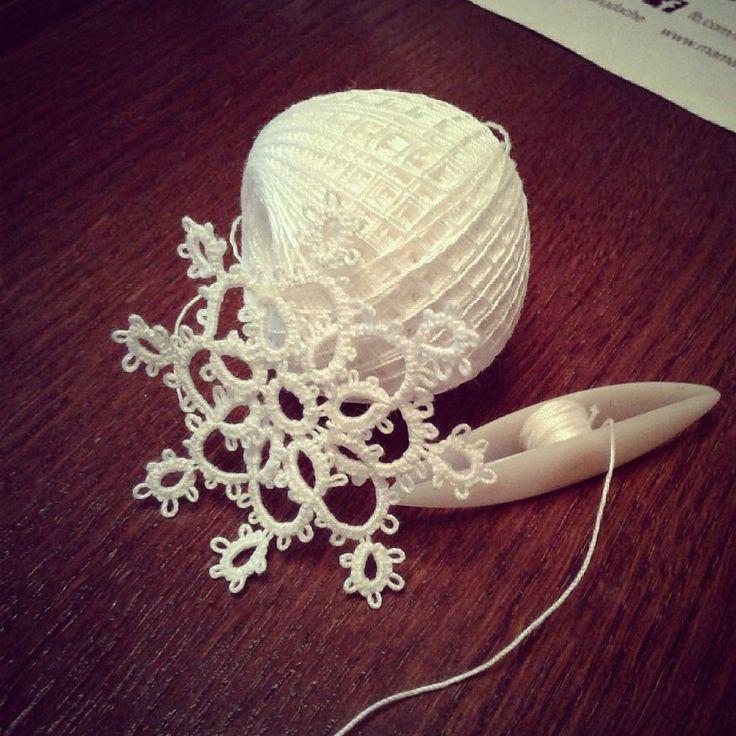 Кружевные снежинки #снег #снежинка #фриволите #кружева #плетение #handmade #tatting #tattinglace #frivolite #spb #кружевнаяснежинка #понедельниквяжуизбелого