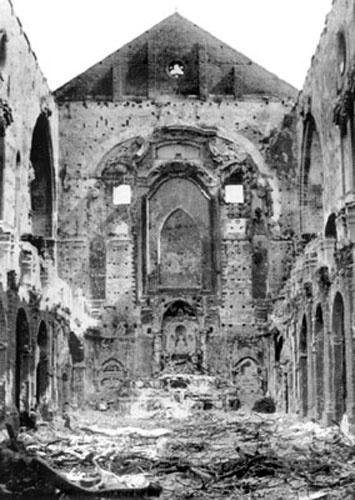 Quello che rimane della Chiesa di Santa Chiara dopo il bombardamento a tappeto…