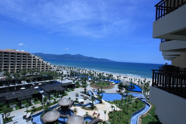 The luxurious Silver Shores International Resort is located on world-famous Danang beach.With the total areas of 200,000 m2, this 5-star heaven is designed with classical Western combined with Asian style enhancing its luxury.About 600 Deluxe rooms and Suites overlook ocean on one side and a majestic Da Nang city on the other.Another highlight of the Resort is Crown Games Club with interesting games such as Baccarat, Sic Bo, Roulette, Blackjack…is stunning in European design and decoration.