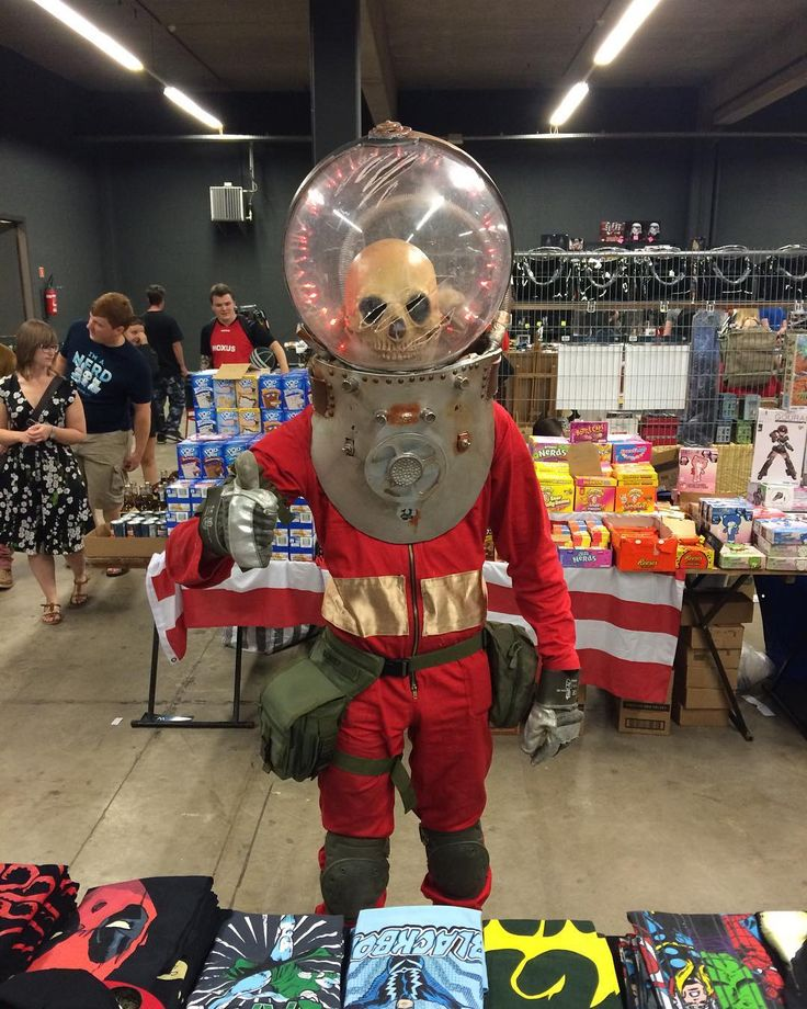 I never showed you this cool visitor from beyond the boundaries of space. He came in piece to Comic Con Gent.  #alien #spaceman #martian #astronaut #nasa #houston #area51 #roswell #comiccongent #cosplay #cosplayers #cosplayer #cosplaying #dutchcosplay #dutchcosplayer #belgiancosplay #belgiancosplayer