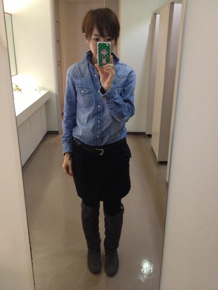 GAPデニムシャツとジョンブルミニスカート。