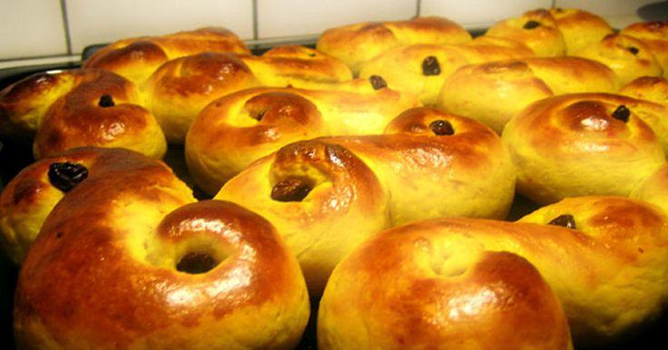 Vårt mest populära recept på lussebullar med kesella i degen. Ger saftiga och hållbara lussebullar!