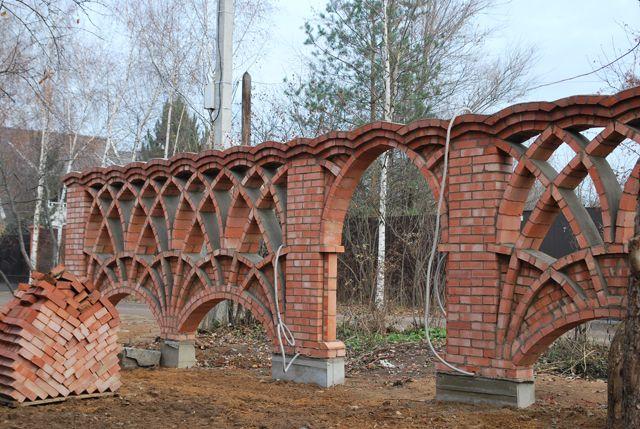 Строительство кирпичного забора. Кирпичный забор с арками. Архитектор Антон Булатецкий