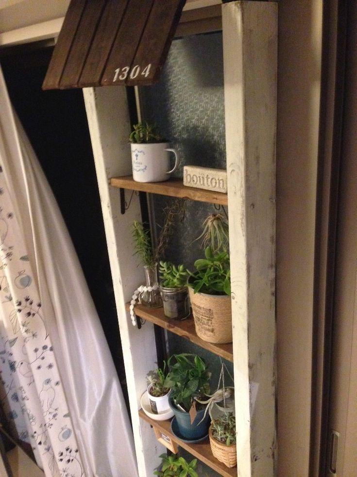 リビングの開かずの窓スペースに、はしごみたいな棚をDIY|LIMIA (リミア)