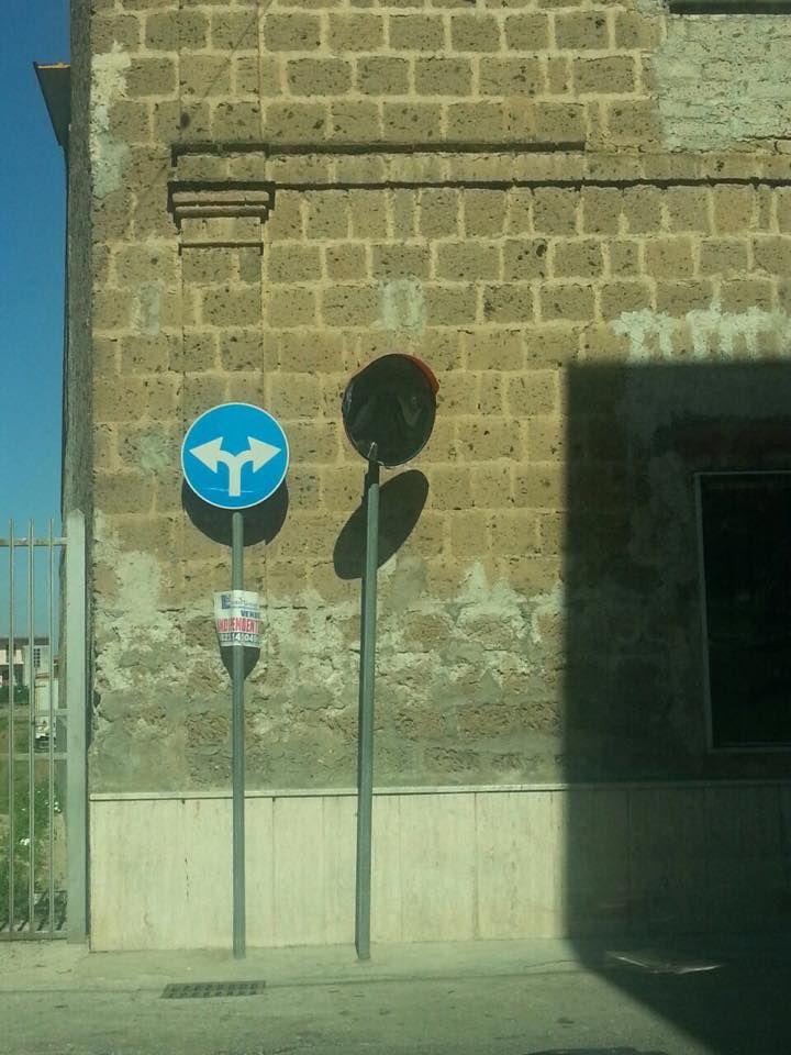 Non solo via Iovara. Specchio rotto anche in via Tevere: quando li aggiustiamo? a cura di Redazione - http://www.vivicasagiove.it/notizie/non-solo-via-iovara-specchio-rotto-anche-in-via-tevere-quando-li-aggiustiamo/
