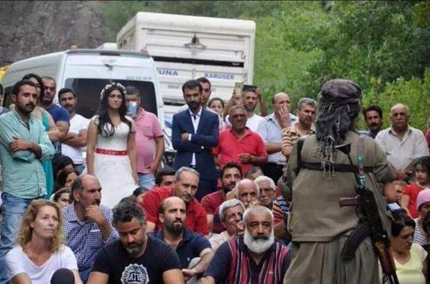 Yol Kesip Propaganda Yaptılar  Tunceli kırsalında silah zoruyla yol kesen bir grup PKKlı düğün konvoyunu durdurup örgüt propagandası yaptı.      Terör örgütü PKK bu kez Tunceli kırsalında yol kesti düğün konvoyunu durdurarak örgüt propagandası yaptı. Yolları kesilen ve isimleri öğrenilmeyen gelin ve damat ise daha sonra düğün salonuna gitti.  Tunceli-Ovacık ilçe karayolunun Venk Köprürü mevkiine inen silahlı bir grup PKKlı seyir halinde olan araçları durdurup kimlik kontrolü yaptı…