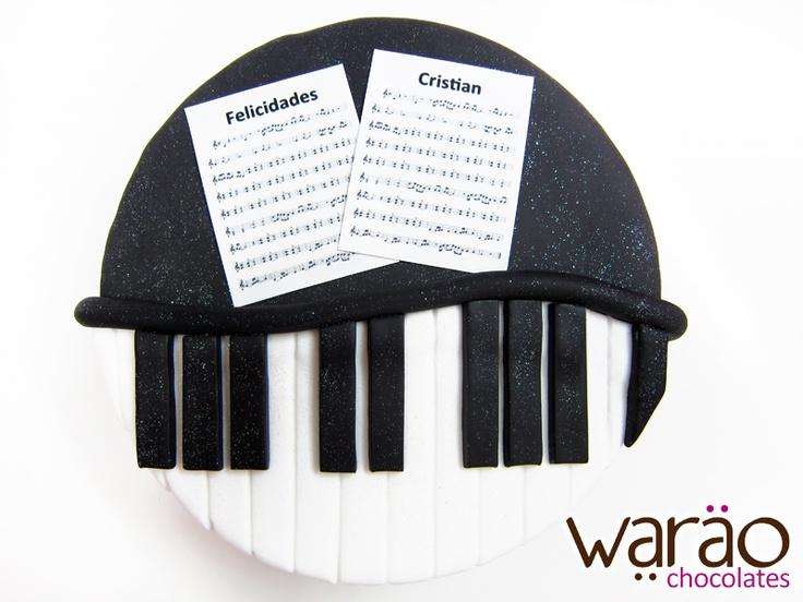 Pastel fondant Piano con impresión comestible.