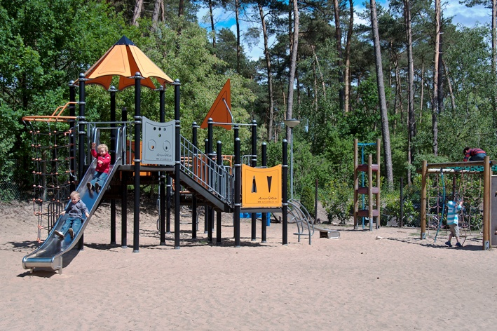 Een combinatie van wandelen in het lutterzand en daarna lekker spelen in de speeltuin, is een lekker dagje uit. Ouders kunnen vanaf het terras een oogje in het zeil houden en lekker genieten.