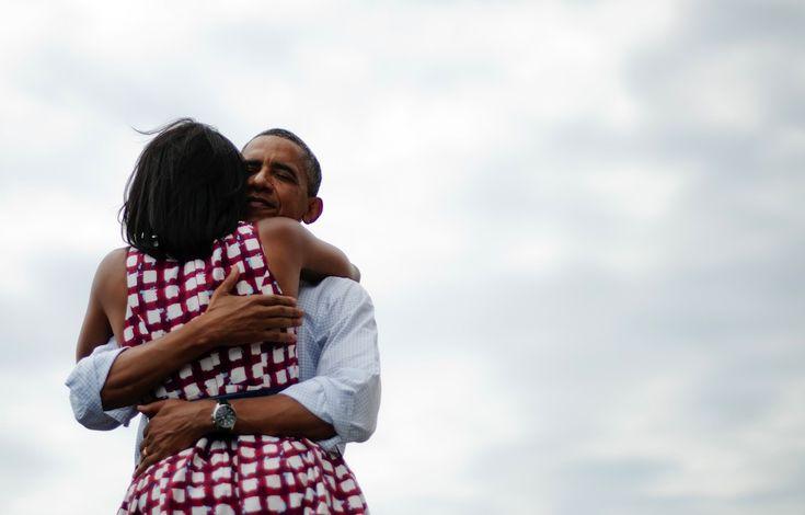 IlPost - L'abbraccio di Michelle Obama con il marito Barack Obama dopo un evento di campagna elettorale a Dubuque, in Iowa, 15 agosto 2012. Una foto molto simile venne utilizzata dall'account Twitter del presidente per annunciare la rielezione alla presidenza, accompagnata dalla - L'abbraccio di Michelle Obama con il marito Barack Obama dopo un evento di campagna elettorale a Dubuque, in Iowa, 15 agosto 2012. Una foto molto …