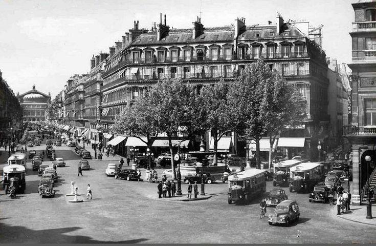 L'avenue de l'Opéra et la place du Théâtre-Français (place André-Malraux depuis 1977), vers 1960  (Paris 1er)