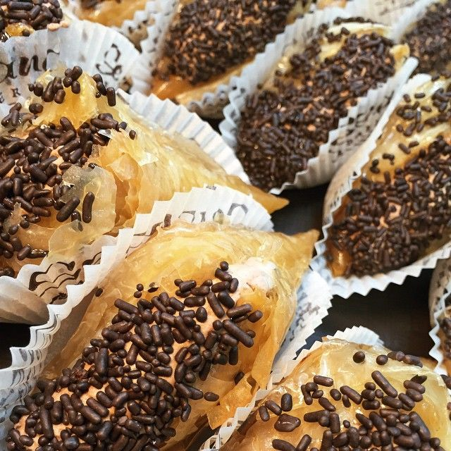 twist on our Trigono!!! Phyllo triangles filled with chocolate mousse and topped with chocolate sprinklesemoji @geelamps10 gives it a emojiemojiemoji #phyllo #chocolate #mousse #chocolatesprinkles #chocoholic #yummyinmytummy #foodie #seranobakery #Torontobakery