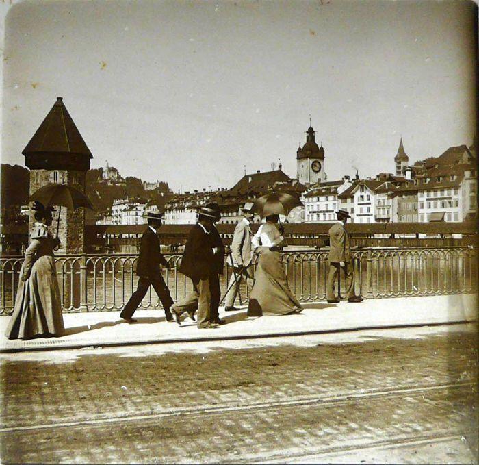 Zwitserland in 1900 - collectie van 25 auteur stereoscopische foto's - Circa 1900-11  Voorwaarde: Helaas 4 glazen platen hebben een gebroken hoek (Zie het beeld gelieve). Ze komen in een stereoscoop bakeliet uit de periode (Le Taxiphote viewer - compleet met 25 foto's). De andere glazen platen zijn in goede conditie voor hun leeftijd. Aangezien zij meer dan 100 jaar oude uiteraard zijn vertonen enkele tekenen van leeftijd.Afmetingen van de platen: 10.5 x 4.5 cmOpmerking: Sommige afbeeldingen…