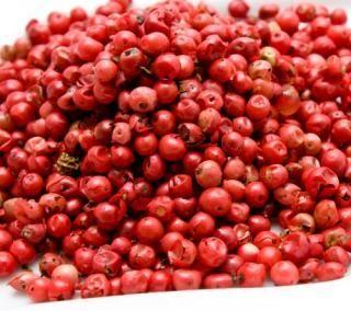PEPE ROSA ESSICCATO Il Pepe è una pianta coltivata per i suoi frutti, che vengono poi fatti essiccare per essere usati come spezie.  I suoi semi sono delle vere e proprio bacche colorate: in questo caso sono di un colore rosa pastello.  Il pepe rosa presentato in questa scheda è di tipo disidratato, basterà farlo rinvenire in un piccolo contenitore per poi poterne apprezzare tutte le qualità  Il pepe rosa disidratato può essere usato con piatti di carne,pesce, zuppe, risotti aromatizzati.