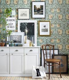 En blandning av fotografier, affischer och konst ger en personlig stil åt vilken vägg som helst. Foto: Karl Anderson Styling: Jasmina Bylund   Wallpaper: William Morris - PIMPERNEL