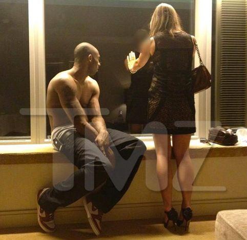 Kobe Bryant Sin Remera Frente A Dos Señoritas En Barcelona