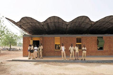 «Bâtir en utilisant ce qu'on a sur place»  L'école de Gando, projet de l'architecte burkinabé Diébédo Francis Kéré.