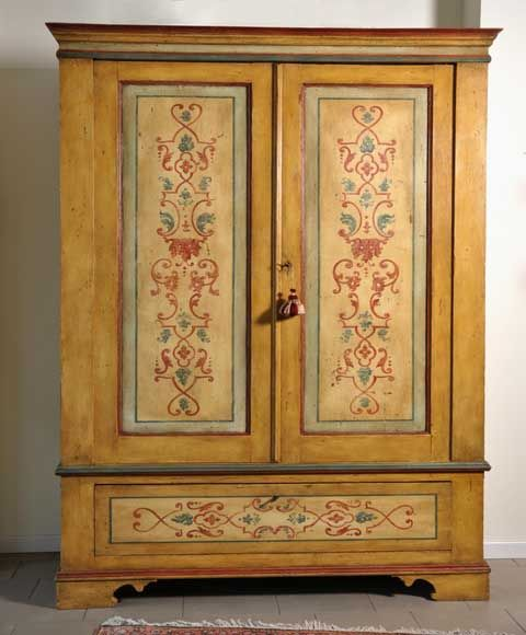 Playing a wardrobe in Tyrolean style, vintage second half 'of the eighteenth. Decorated with a background of chalk and gouache, handmade.