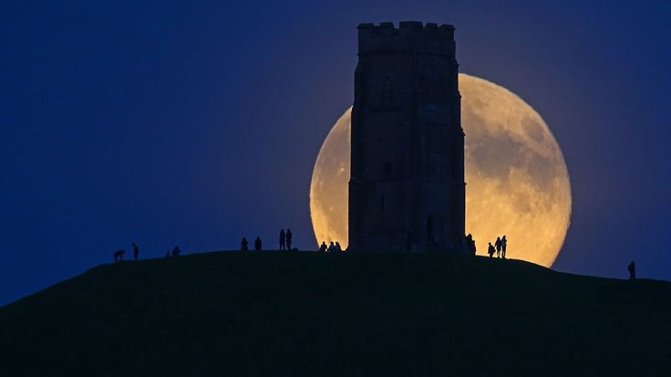 Moonrise over Glastonbury Tor, Somerset, England © Matt Cardy/Getty Images -BingWallDE