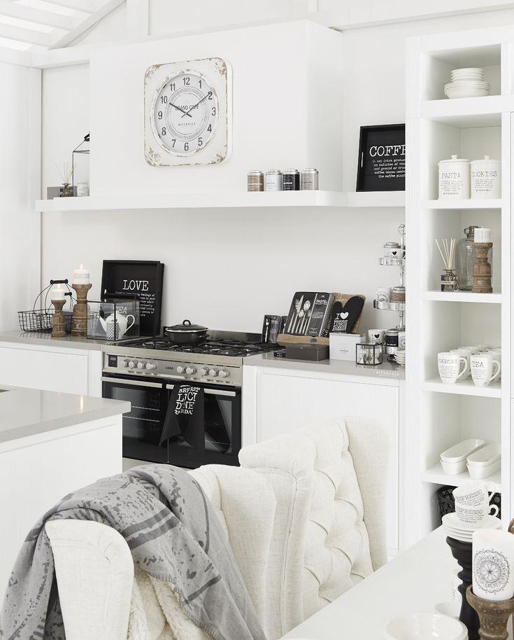 Witte keuken van Riverdale met vrijstaand AEG fornuis