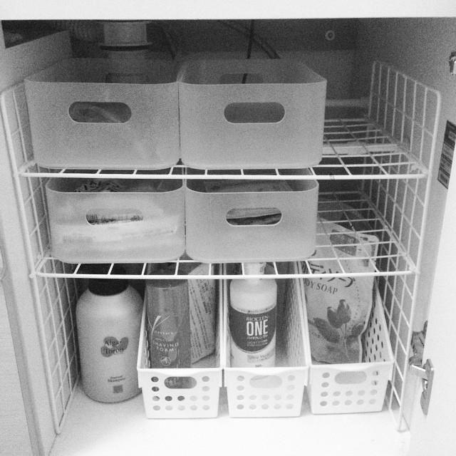 Organização debaixo da pia do banheiro