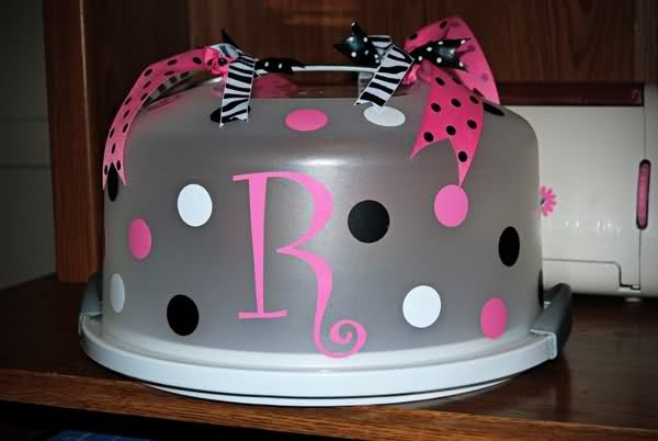 Bake a cake, personalize a caketainer and give both as a gift!!!: Cakes Carrier, Gifts Ideas, Decor Cakes, Cute Ideas, Cakes Holders, Bridal Shower Gifts, Cups Cakes, Vinyls Decor, Housewarming Gifts