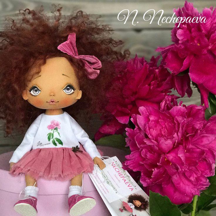 Добрый воскресный вечер 😊🌸🌸🌸!!! Я готова показать вам три моих новых пиончика. Куклу можно будет купить завтра (3 июля) в 12:00 (время московское). Будет три куклы, три новых публикации, под которыми нужно будет оставить комментарий о своём желании купить (любой, хоть одну букву - я пойму). Кукла отправится ни к первому комментатору #какраньше, а к 3, 5, и 8-му (соответственно). Надеюсь, понятно объясняю. Если есть вопросы по способу продажи - спрашивайте! Стоимость и описание в…