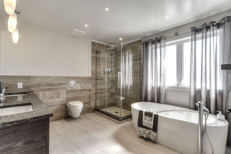 Nous sommes partis d'une salle de bain de construction pour cette pièce et nous l'avons amenée au plus haut niveau : style transitionnel, des céramiques imitation bois, toilettes suspendues, bain autoportant Neptune... les meilleurs produits, les meilleures finitions pour des clients heureux ! 450-420-6682