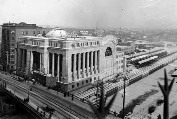 Raymond Bjornson shares a picture of the not-quite-finished Union Station in downtown Ottawa in 1911 -- the Grand Trunk Central Station, as it was called in those days. The picture rather nicely how the tracks from the Alexandra Bridge used to pass beside the station along the Rideau Canal. Later the train sheds would be built out right to the edge of the canal. (LAC PA-009110)