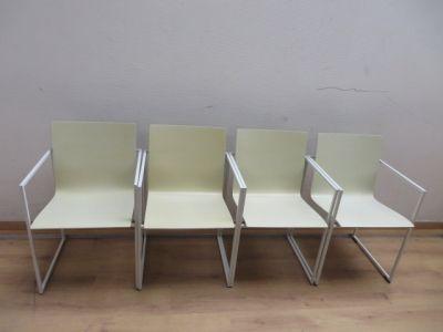 4 witte stoelen in vintagestijl. Wit ijzeren frame met witte zittingen.