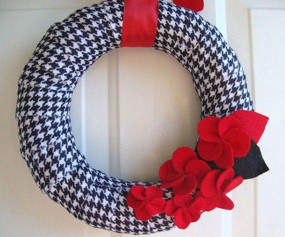 black white and redPlaid Wraps, Red Wreaths, Doors Wreaths, Crafts Ideas, Wraps Wreaths, Wreaths 10, Football Season, Felt Flower, Fabrics Wreaths