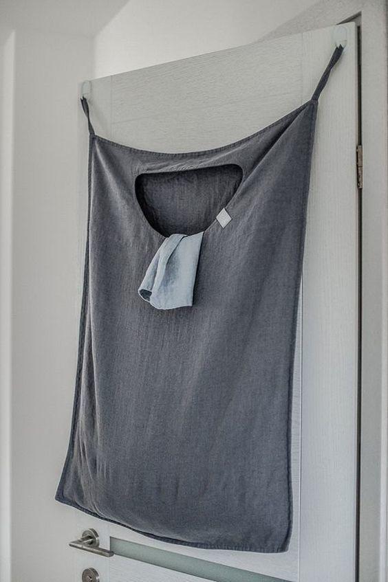 """Uma forma de otimizar o espaço é fazer um """"cesto"""" de roupa suja de pano e pendurar atrás da porta. #DIY #façavocêmesmo #decoração #design #madeiramadeira"""