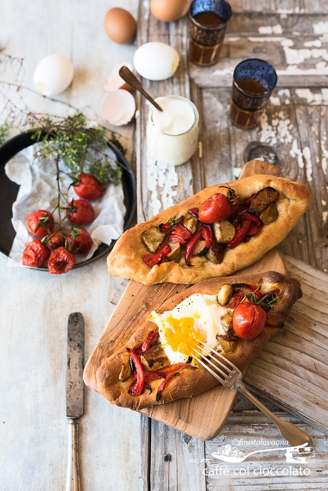 Un pane  turco, una preparazione rubata da un libro bellissimo acquistato da poco, Istanbul. Ricette dal cuore della Turchia , da cui tr...