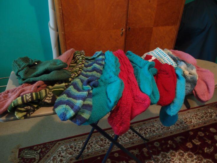 Kesä 2015 tästä löytyy: Joulusukat, vihreet ja vaaleenpunaiset perussukat, kerrosrivinousut, polvekeraitaa, kumparesukat, flowers-in-a-row, nuttus sukat, kaaripitsiä, Elinan pitsiunelmat, yhdet pitkät povisukat ja mitä vielä taisi olla nipussa 11 paria sukkia sittet tulivatkin tyttäret kylään ja jäljelle jäi hieman vähemmän