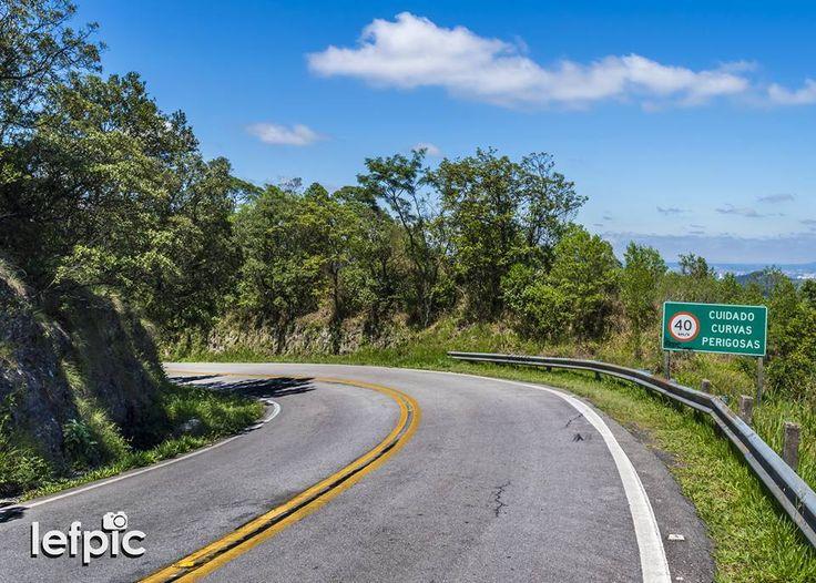 • Sinalizações - Placa de trânsito indicando curvas perigosas em uma estrada de duas mãos. Ao fundo, temos uma paisagem montanhosa e arborizada. Aplicável em projetos relacionados à natureza e/ou sistemas viários em áreas urbanas, rurais e florestais. 📷 by Leandro Floriano Download da imagem no #Fotolia: https://fotolia.com/id/125315429 #road #traffic #sign #garden #forest #jungle #environment #nature #ecology #landscape #beauty #photo #pic #instaphoto #instapic #photographer #photography